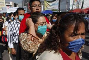 Mexicans in masks as the swine flu outbreak spreads (photo courtesy of Globe_Photo