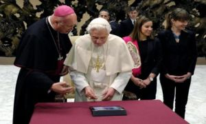 Pope Benedict XVI sends his first tweet (EFE)
